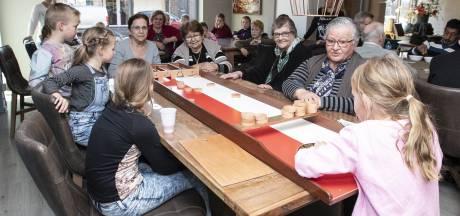 Kinderen uit Manderveen sjoelen met ouderen in Zorg & Plezier