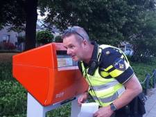 Wijkagenten vinden op Zwarte Cross verloren telefoon terug in grote brievenbus
