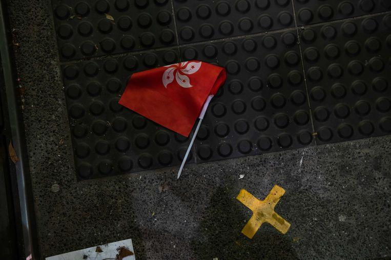 Een vlaggetje van Hongkong op de vloer van het metrostation na de aanval. Beeld Getty Images