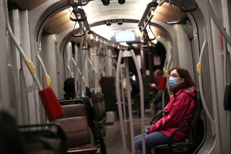 Een vrouw in een Brusselse tram. Archiefbeeld.
