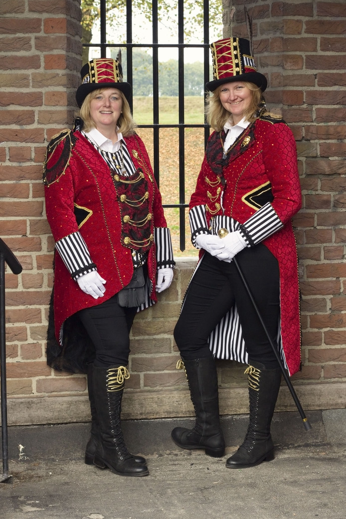 Nieuwe prinses van carnavalsvereniging de Keien: Jaqueline van de Weijer (rechts op de foto)