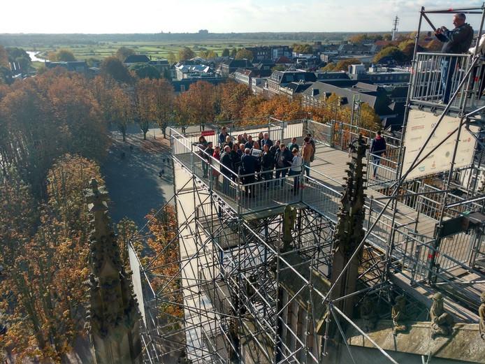 Een groep verzamelt zich op het steigerplatform voor de Wonderlijke Klim.