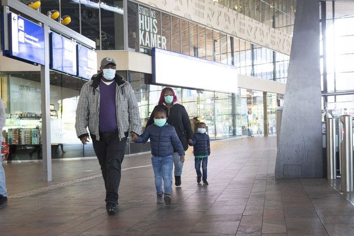 Vanaf 1 juni worden de mondkapjes verplicht in het openbaar vervoer. zoals deze reizigers op Rotterdam Centraal dat al doen.