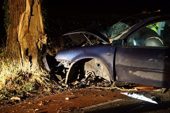 Een bestuurder botste maandagavond hard op een boom aan de Schoonhetenseweg. Hij raakte daarbij gewond en zijn auto zwaar beschadigd.