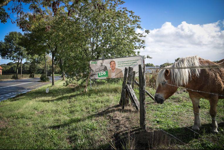 Op een andere weide aan de Gentse Steenweg mocht het bord van Guy De Roover (ZDB) wel blijven staan.