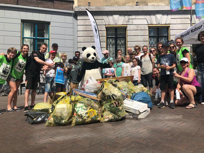De vrijwilligers van het Wereld Natuur Fond met de opgehaalde rommel.