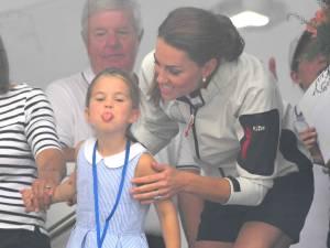 Quand la princesse Charlotte tire la langue à la foule, Kate Middleton réagit