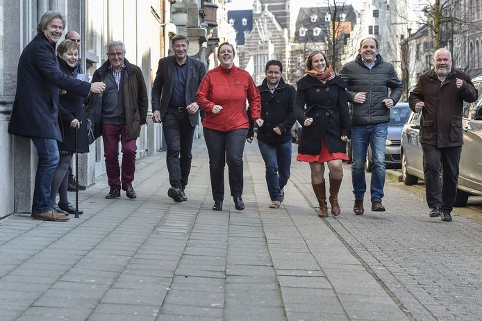 De organisatoren van Dwars door Dendermonde in de straten van het centrum.