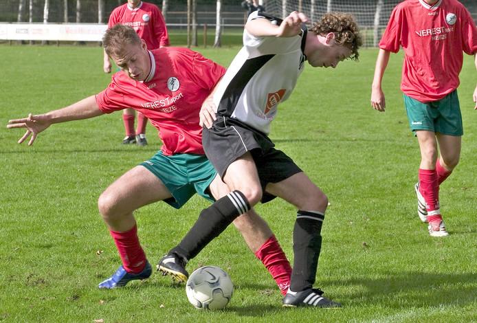 Voetbalclub RKVV Waalre in het zwart-wit in actie.