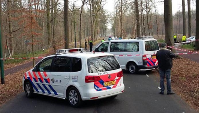 De politie verricht onderzoek op de Huisdreef.
