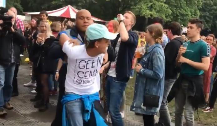 Een demonstrant op Wantijpop wordt afgevoerd.