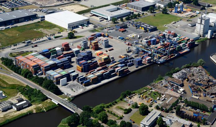 De containerterminal CTT langs het Twentekanaal bij Hengelo.