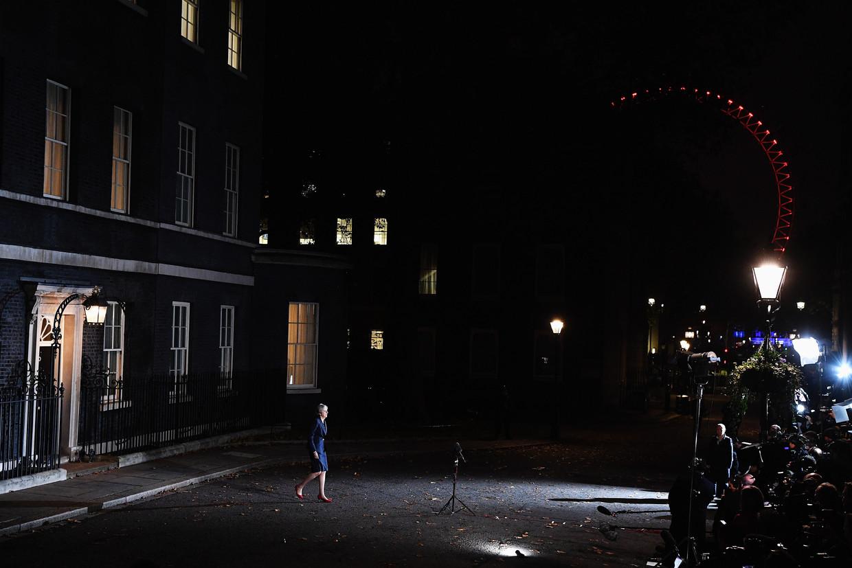 De Britse premier Theresa May loopt woensdagavond in Downing Street 10 de pers tegemoet voor een update over de Brexitdeal. Ze heeft net een kabinetsvergadering van vijf uur achter de rug, waarin achttien van de 29 bewindslieden instemden met het ontwerpakkoord. Een dag later stapten alsnog meerdere ministers en staatssecretarissen op, onder wie Dominic Raab (Brexitzaken) en Esther McVey (Arbeid en Pensioenen) en kwam May onder vuur te liggen in het Lagerhuis, ook vanuit haar eigen partij. In december zal het Lagerhuis zich over het akkoord buigen.