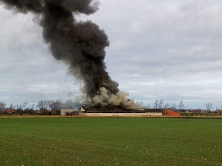 De brand gaat gepaard met een enorme rookontwikkeling.