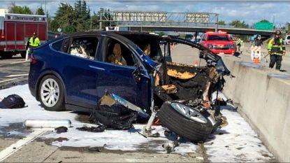 Amerikaanse autoriteiten tikken Tesla en Apple op de vingers voor smartphone die dodelijke crash met Tesla Model X veroorzaakte