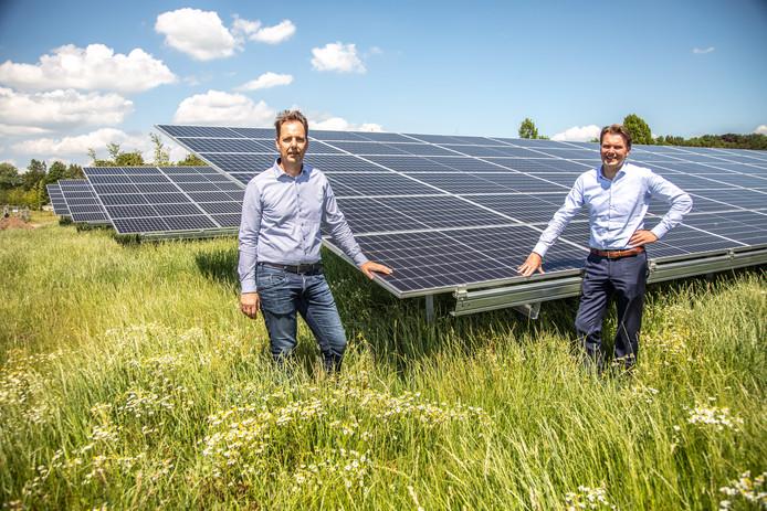 Jeroen Heethaar (rechts) en Ad Verbaas in het nieuwe zonnepark.