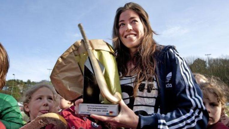 Noami van As met de onderscheiding in haar hand. ANP Beeld