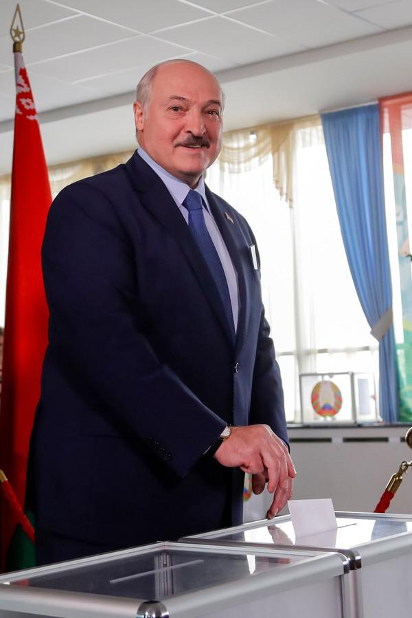 President Alexander Loekasjenko tijdens het uitbrengen van zijn stem in Minsk.