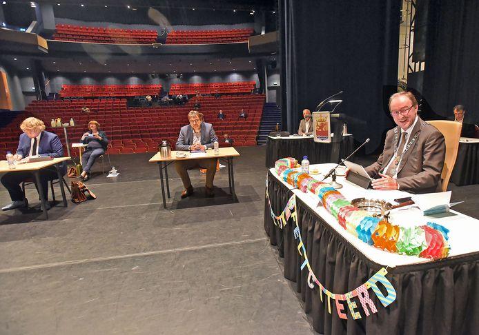 De laatste verjaardag van Jan Lonink (rechts) als burgemeester van Terneuzen, 28 mei dit jaar, 'gevierd' tijdens raadsvergadering in coronatijd op het podium van het Terneuzense Scheldetheater.