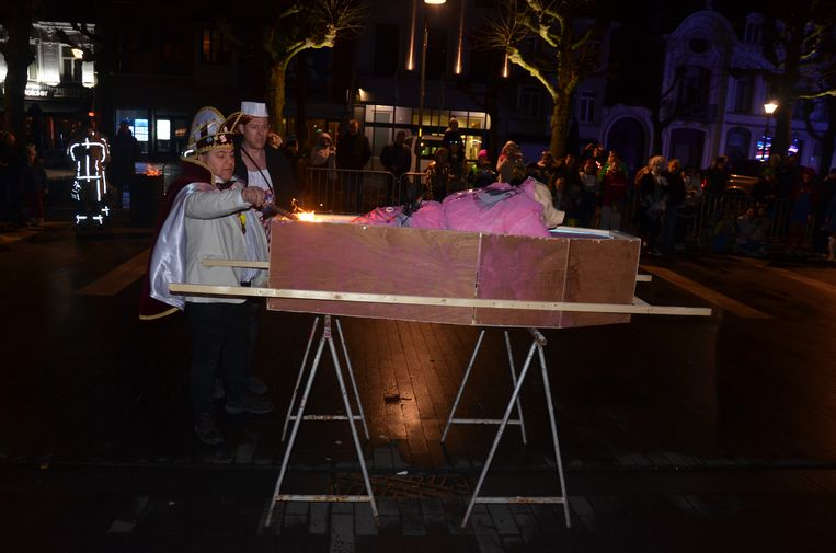 Prins Frankie I steekt de pop in brand: het symbolische einde van het Lokerse carnaval.