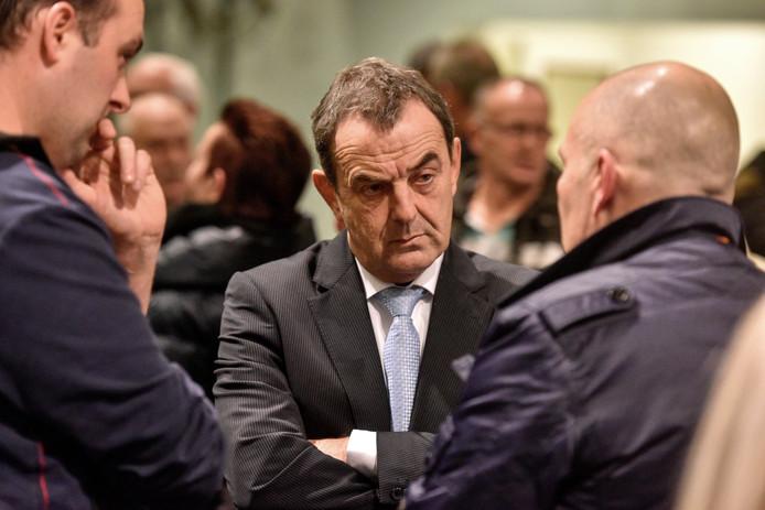 Waalwijkse burgemeester Nol Kleijngeld in gesprek met protesterende buurtbewoners tegen plan voor Polenhuisvesting.