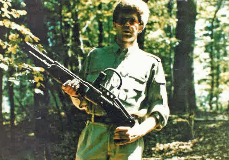 Vorige week verspreidde het parket deze foto van een man met een machinegeweer. Hij is genomen tijdens een schietoefening in Leopoldsburg, vermoedelijk in 1981. Wie de man is, is nog niet duidelijk. Beeld BELGAONTHESPOT