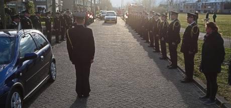 Indrukwekkende erehaag met 1,5 meter afstand voor overleden oud-brandweerman Henk Aarssen (58)