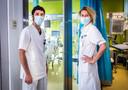 Dr. Elisabeth De Waele en Dr. Marco Moretti bespreken de toestand van een coronapatient