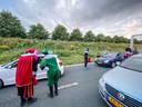 Ook op de A32 bij Heerenveen stond het verkeer eind vorige week stil door het boerenprotest. Een groep zwarte pieten sloot zich aan en deelde snoepjes uit aan de automobilisten die moesten wachten door de blokkade.