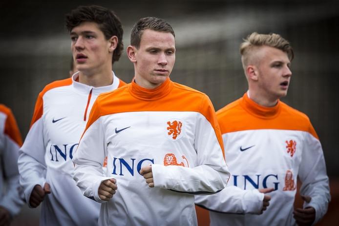 Vitesse-speler Julian Lelieveld (midden) tijdens de training van Oranje onder 19.