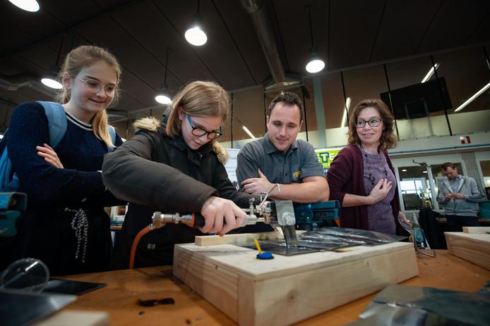 Hannah Voorhorst uit Genemuiden laat zien dat ze het in de vingers heeft op de Techniekdag, die in het Pieter Zandt is gehouden.