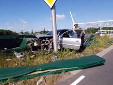 Bestuurder rijdt auto total-loss tegen lantaarnpaal in Nijmegen