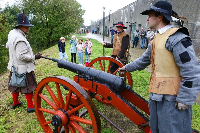 Het kanon wordt geladen voor een demonstratie in fort Waverveen. In werkelijkheid is er nooit gevochten en geschoten.