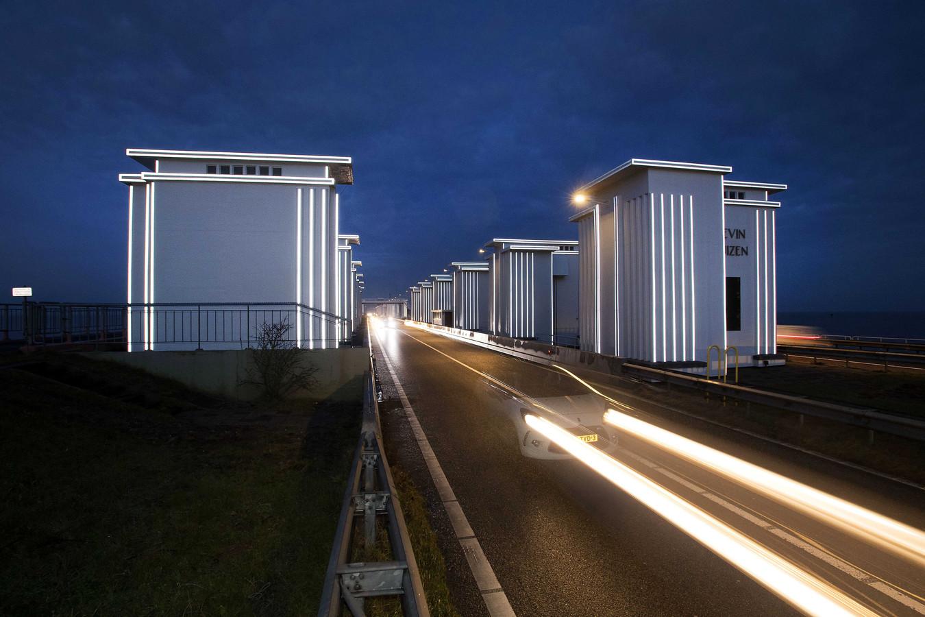 De Afsluitdijk gaat de komende twee weken meerde malen 's nachts dicht.