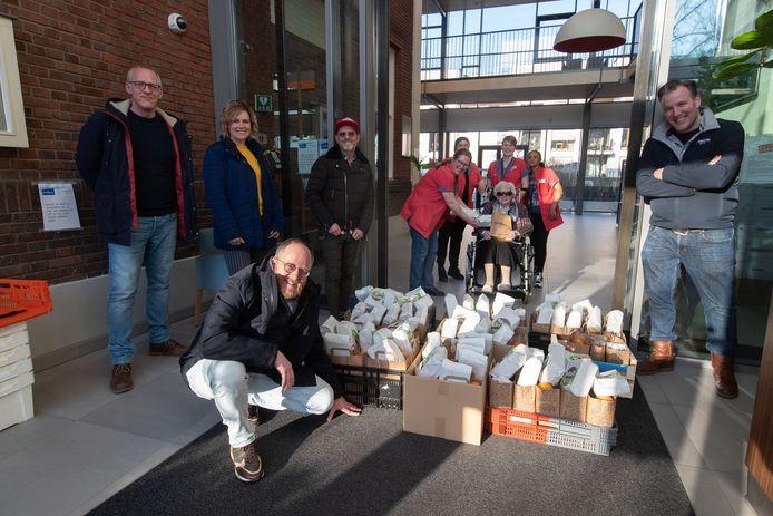 Bewoners van woonzorgcentrum Margaretha kregen van Kamper ondernemers tassen met lekkers en puzzels. Ondernemers Michiel de Groot, Vincent Flik, Pepijn Keijser en Judith van der Weerd en Niels van den Burg, brachten de tassen langs.