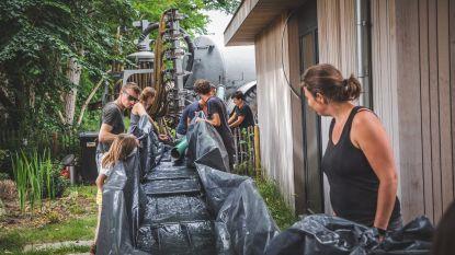 Buurtbewoners huren tankwagen om zelf water van bouwwerf op te vangen en er regenputten mee op te vullen