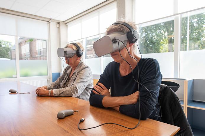 Mantelzorgers van dementerenden volgen in de Eibergse bibliotheek een kwartier lang verfilmde situaties vanuit 'Alzheimer-perspectief'.