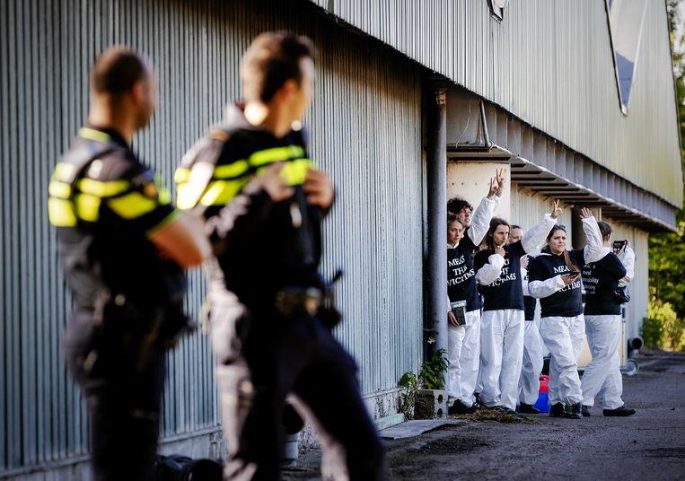 Politie bij de door activisten bezette stal in Boxtel (Noord-Brabant). De demonstranten zijn gisteravond door de oproerpolitie uit de stal gehaald.