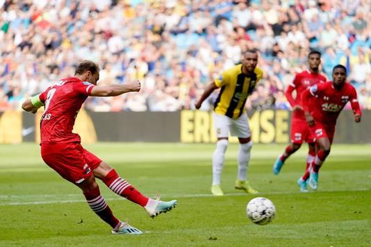 Teun Koopmeiners knalt de penalty raak: 0-1.