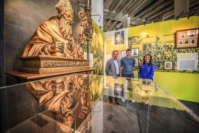 Schepen van Musea Dimitry Soenen, archeoloog Jan Decorte en coördinator Sandrin Coorevits van het Yper Museum bij een deel van de tentoonstelling.