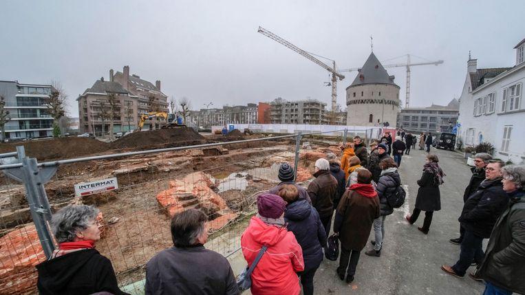 De bezoekers kregen een woordje uitleg op de archeologische site aan de Broeltorens.