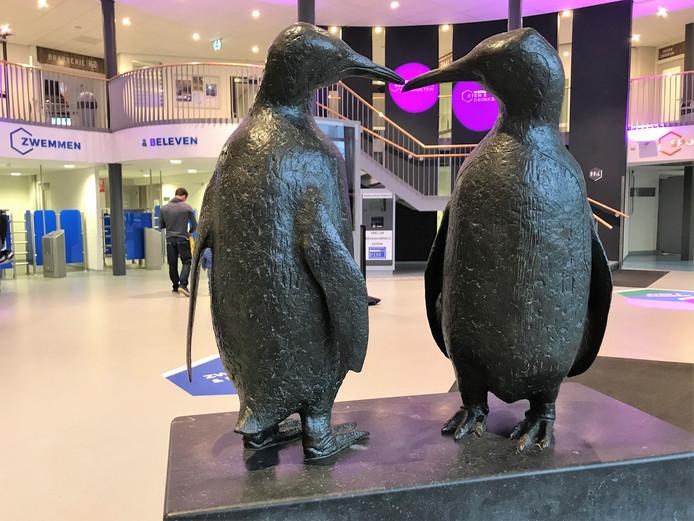 Het beeld De Pinguins staat nu in zwembad Merwestein.
