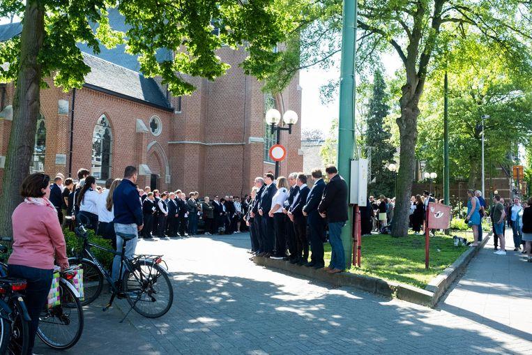 De erehaag buiten aan de kerk.