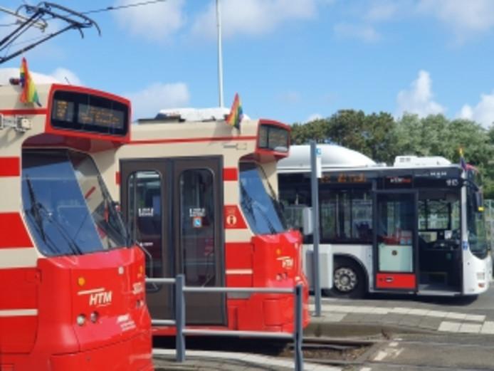 Trams en bussen in Den Haag rijden donderdag met regenboogvlaggetjes