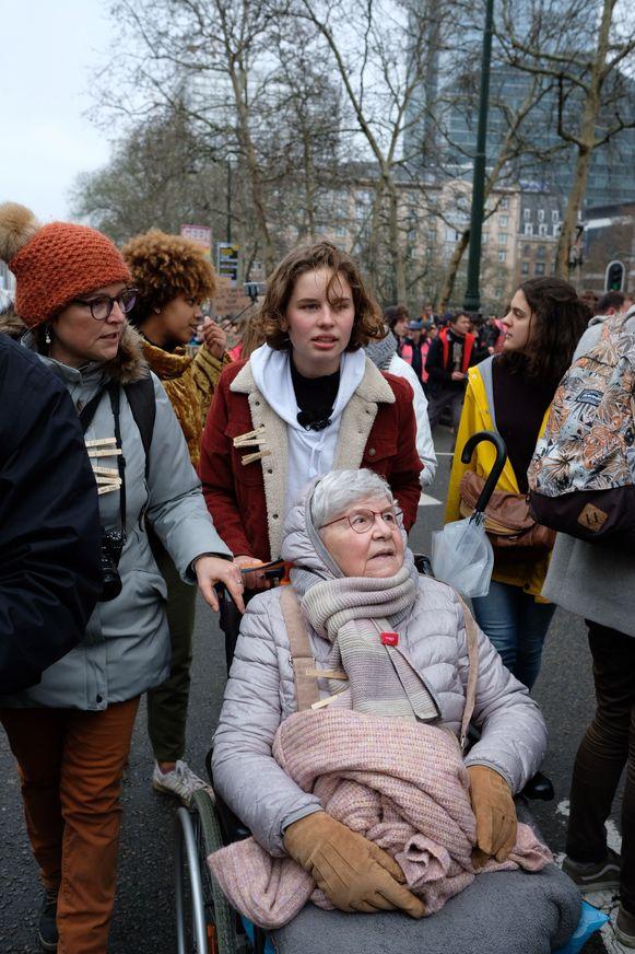 Anuna De Wever, haar oma en moeder (L).