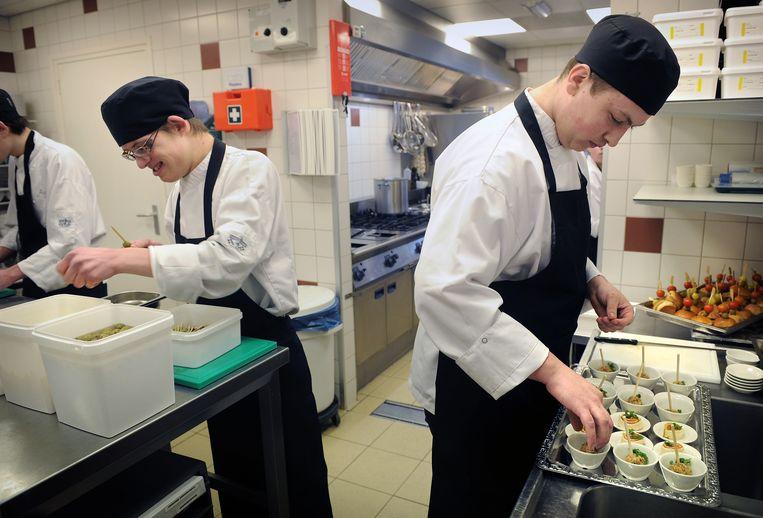 Jongeren met een lichte verstandelijke beperking werken in een opleidingsbedrijf. Beeld Marcel van den Bergh / de Volkskrant