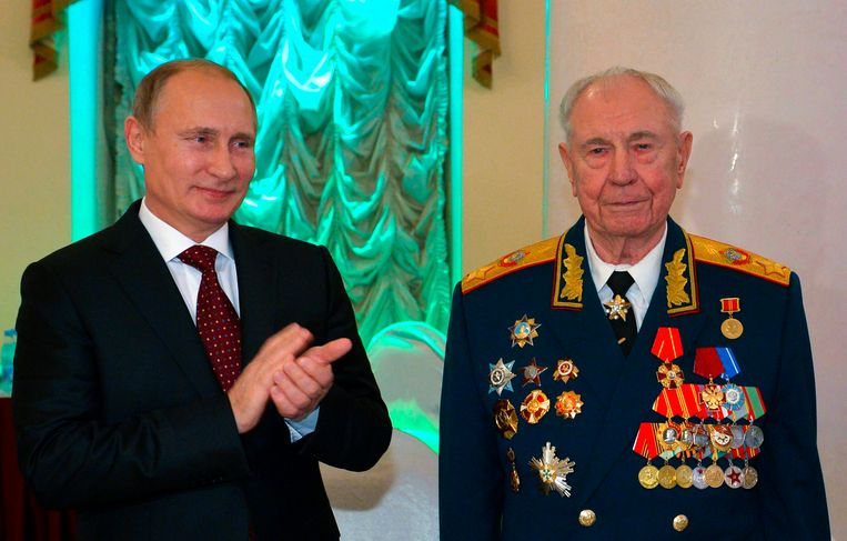 Dmitri Jazov (rechts) en Vladimir Poetin op de 90ste verjaardag van Jazov in 2014. Beeld AP