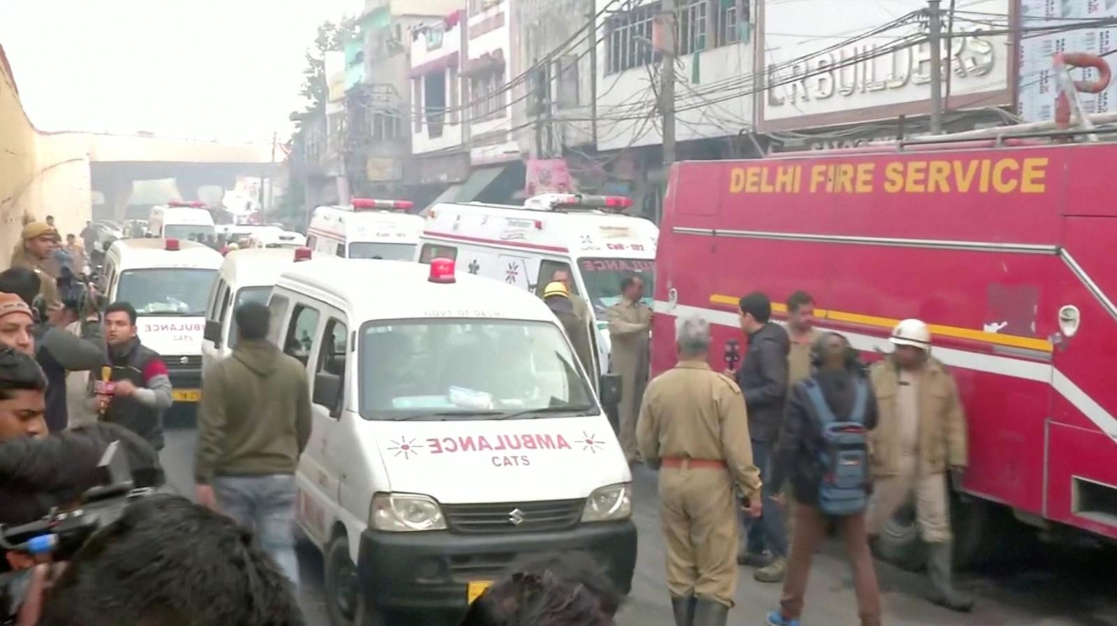 Ambulances en de brandweer op de plek van de brand.