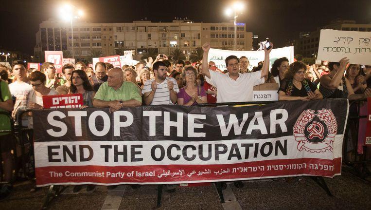 Linkse Israëlische activisten in Tel Aviv demonstreren tegen de oorlog in Gaza. Het linkse geluid klinkt echter steeds minder luid in Israël, zo'n 90 procent van de bevolking is voorstander van het offensief in Gaza. Beeld ap