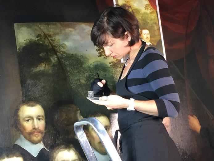 Lucy Odlin aan het werk aan het doek.